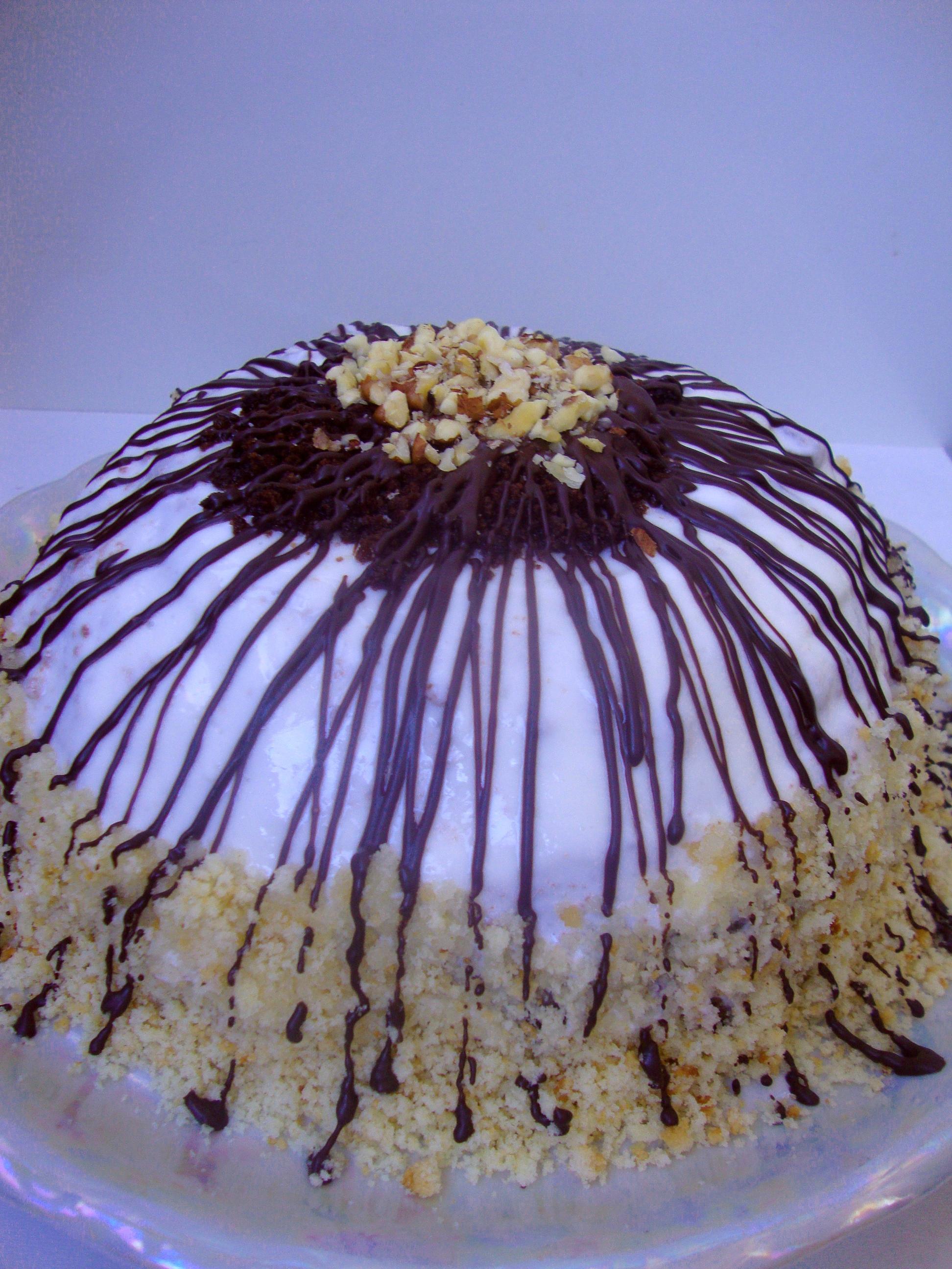 Но приготовление этого вкуснейшего торта в домашних условиях предоставляет хозяйке массу преимуществ: крема можно использовать больше, орехи можно взять разных видов, а шоколадную глазурь получиться приготовить из своего любимого шоколада.